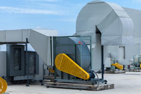 Industriële airconditioningseenheden op een dak Stockfoto