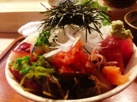 シーフード ドン生の魚介類のお刺身ご飯の上の繊細なボウル