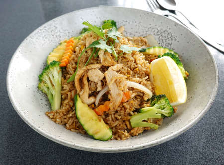 Thai food, Stir fried rice with chicken and vegetables. 免版税图像