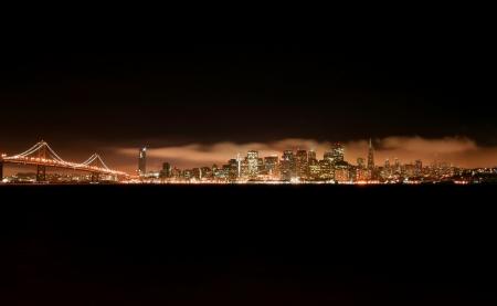 왼쪽에 baybridge 보물 섬에서 밤 샌프란시스코의 스카이 라인