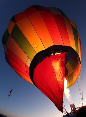 열기구는 앨버 커키 풍선 축제, 뉴 멕시코에서 이른 아침 비행을위한 팽창지고