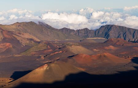 Haleakala 국립 공원, 마우이, 하와이에서 분화구 내부 다채로운 콘크리트 콘