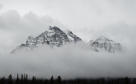 캐나다 록키 산맥 구름 위 상승