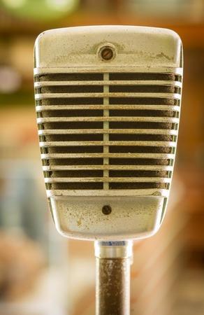 microfono antiguo: Micr�fono retro en fondo borroso Foto de archivo