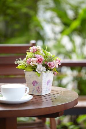 roze decoratie op houten tafel Stockfoto