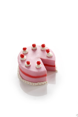 petit modèle gâteau d'argile sur fond blanc