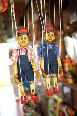 toy shop: due mani bambola di legno nel negozio di giocattoli d'epoca Archivio Fotografico