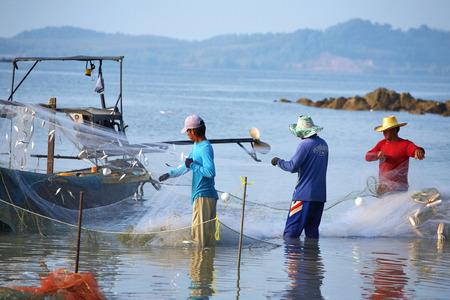 안다만 해에있는 세 명의 태국 어부