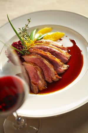 close-up eend gegrilde steak en saus in witte schotel