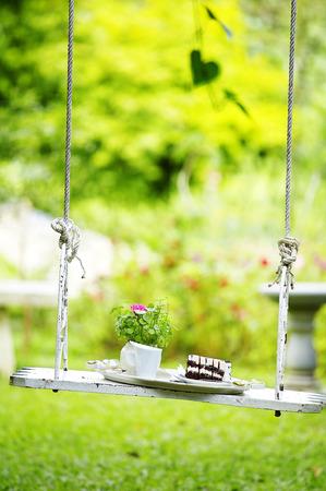 close-up chocolade taart op houten schommel in de tuin Stockfoto
