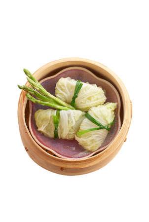 chinesisch essen: vegetarisches chinesisches Essen in Bambus-Korb auf wei�em Hintergrund