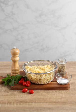 Ingredient for spaghetti red sauce on wooden cuttingboard in kitchen Standard-Bild
