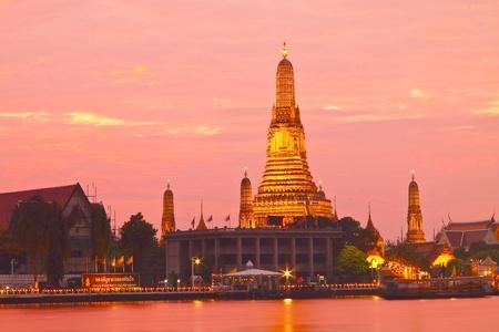 phraya: Twilight vista de Wat Arun a trav�s del r�o Chao Phraya durante la puesta de sol en Bangkok, Tailandia.