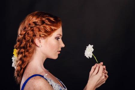 Bella donna con capelli rossi e trucco professionale su sfondo nero black