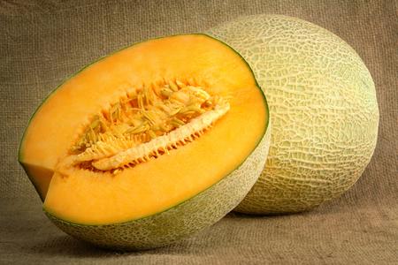 Melon et demi sur un sac Banque d'images