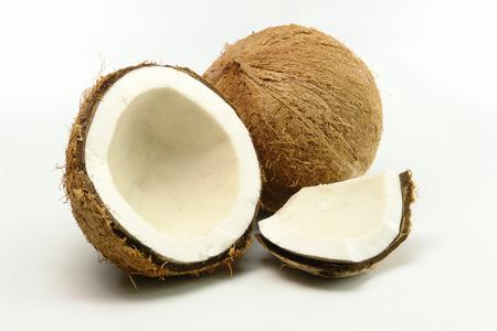 Noix de coco fraîche concassé sur fond blanc