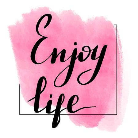 Inscripción de letras disfruta de la vida. Cita motivadora. Mancha de acuarela en el fondo.