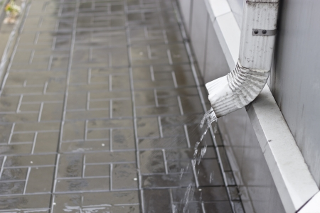 gouttière: Tuyau de vidange pendant une forte pluie t�t le matin