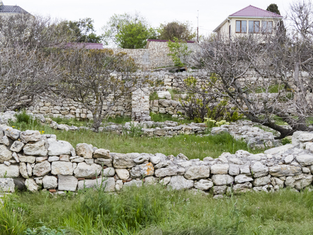 przypominać: Ancient ruins remind people about last centuries