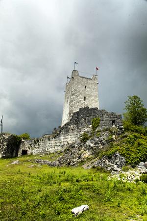 przypominać: Ruins of ancient fortress remind people of last eras Zdjęcie Seryjne