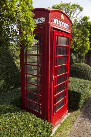 cabina telefonica: The red public callbox hides in dense vegetation