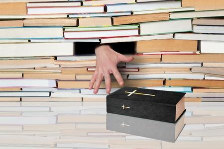 encyclopedias: Mano, corriendo para el Libro Sagrado en el marco de numerosos libros.