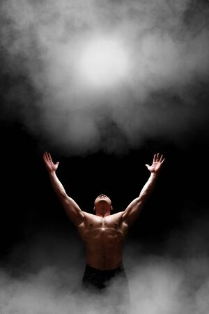 hombre fuerte: Imagen de un hombre fuerte, Disponibles a la luz