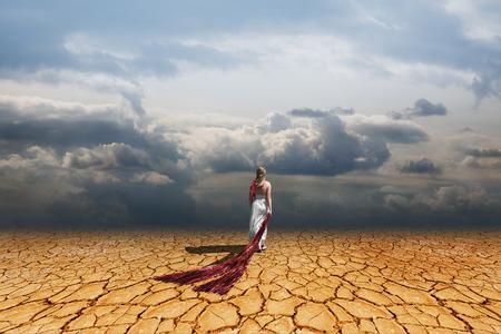 Chica caminando en tierra firme