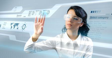 Mooie jonge dame met behulp van nieuwe technologieën (uitstaande zaken lieden in interieur  serie interfaces)