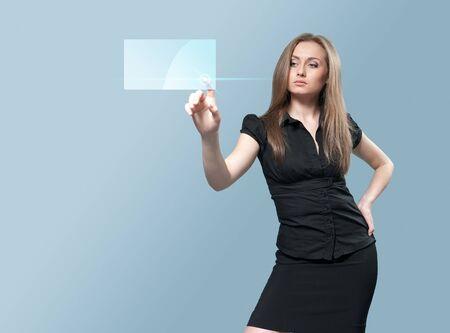 Sexy zaken vrouw aanraken van virtuele knop