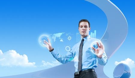 Jonge knappe zakenman met behulp van futuristische hologram interface in de bio-stijl interieur. Toekomstige concepten collectie.