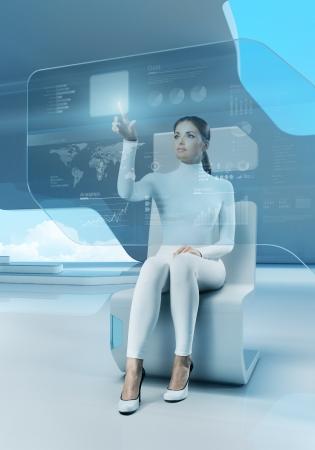 futuristico: Il futuro della tecnologia touchscreen interfaccia Ragazza toccando l'interfaccia dello schermo in hi-tech interior Donna d'affari premendo il tasto virtuale in ufficio futuristico