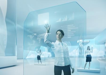 Future teamwork concept. Toekomstige technologie touchscreen interface.Girl wat betreft het scherm interface in hi-tech interior.Business dame drukken virtuele knop in futuristische kantoor.