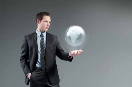 holographic: Man holding mondo interfaccia Hologram.Future globo. Futuristic tecnologia di gestione aziendale concept.Global.