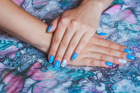 naildesign: Light blue nail art on butterfly print clothes
