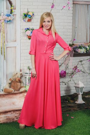 femme papillon: Belle jeune femme � la longue robe rose