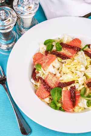 Mediterranean salad. Cabbage, smoked salmon, basil and hot peppers, seasoned with olive oil and balsamic sauce Banque d'images