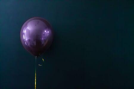 purple air balloon on a dark background. Holiday Concept, Postcard, Copyspace. Banco de Imagens
