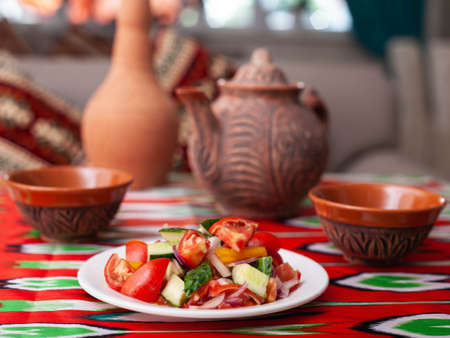 Tomato, cucumber, sweet pepper and onion salad, seasoned with oil. Asian style Stockfoto