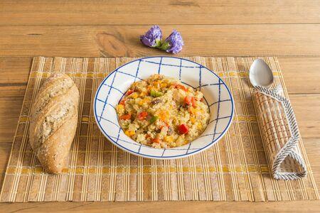 Plato vegetariano de quinoa con verduras. Conceptos de cocina vegetariana y saludable. Stock fotó