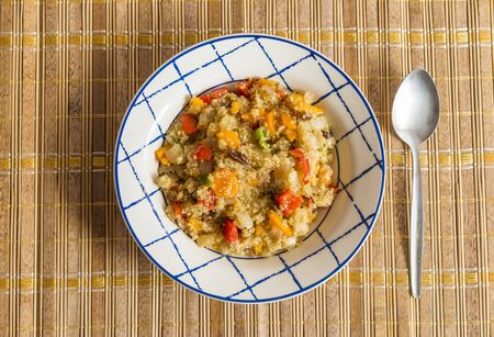 Plato vegetariano de quinoa con verduras. Conceptos de cocina vegetariana y saludable. Stok Fotoğraf