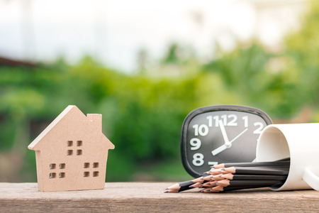 icona della casa in legno marrone sulla scrivania in legno al mattino. Per sfondo immobiliare. Archivio Fotografico
