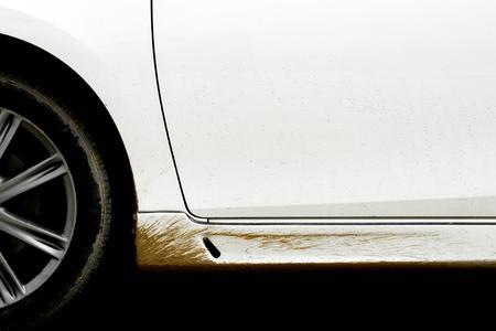 éclaboussures de boue de la roue sur une voiture blanche
