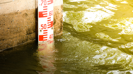 Wasserstandsmessung am Damm