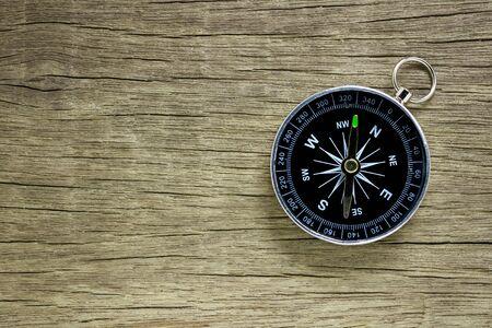 Kompass auf altem Holzbodenhintergrund. Standard-Bild