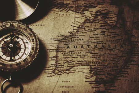Antique compass at Old Australia map. Imagens