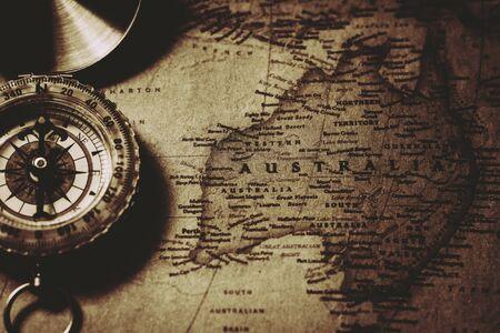 Bussola antica alla vecchia mappa dell'Australia. Archivio Fotografico