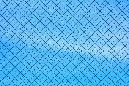 mur de fil métallique de cage sur le ciel bleu
