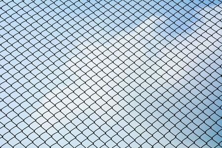 Textuur het metalen net van de kooi isoleert op blauwe lucht