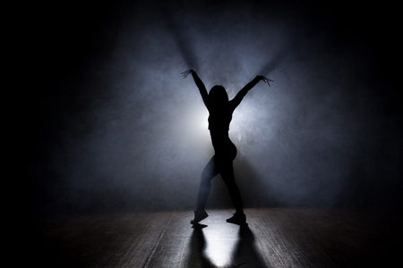 gogo girl: Weiblicher Tänzer Von hinten beleuchtete
